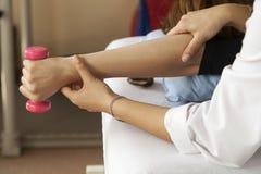 Tålmodig på sjukgymnastiken Arkivfoton