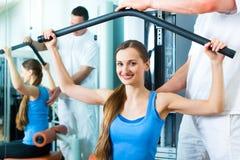Tålmodig på sjukgymnastiken som gör sjukgymnastik Royaltyfria Foton