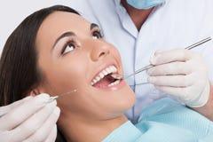 Tålmodig på tandläkarekontoret. royaltyfri bild