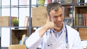 Tålmodig punkt av sikten av doktorns konsultation, kallar MIG Arkivfoto