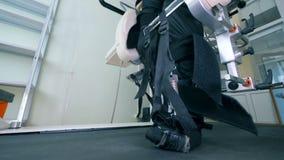Tålmodig ` s lägger benen på ryggen i en special protes, slut upp arkivfilmer