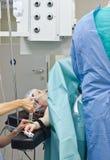 Tålmodig sedated för kirurgi Arkivfoto