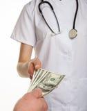 Tålmodig som betalar medicinsk service Royaltyfri Foto