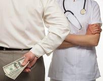 Tålmodig som betalar medicinsk service Royaltyfria Bilder