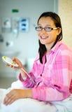 Tålmodig trängande hjälpknapp i sjukhus royaltyfri fotografi
