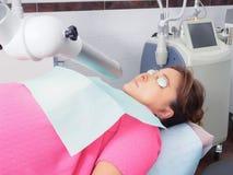 Tålmodig väntande på laser-hud för kvinna som resurfacing i estetisk medicin Royaltyfri Foto