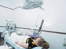 Tålmodig väntande på laser-hud för kvinna som resurfacing i estetisk medicin Arkivfoton
