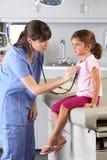 Tålmodiga besöka doktors Kontor för barn Royaltyfria Foton