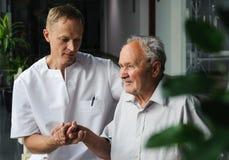 Tålmodiga sjukvårdarbetare och åldring Royaltyfri Fotografi