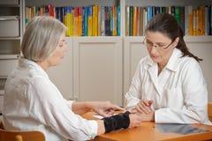 Tålmodigt medicinskt handledstag för doktor arkivfoto