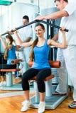 Tålmodigt på sjukgymnastiken som gör sjukgymnastik Fotografering för Bildbyråer