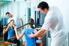Tålmodigt på sjukgymnastiken som gör sjukgymnastik Arkivfoton