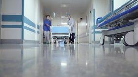 Tålmodigt trans. i sjukhus hall lager videofilmer