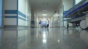 Tålmodigt trans. i sjukhus på kirurgisk säng stock video