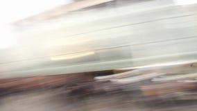 Tårgas bombarderar exploderar i himlen, når den har kastats av en tumulttjänsteman lager videofilmer