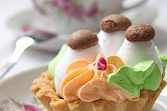 Tårta i en korg Fotografering för Bildbyråer