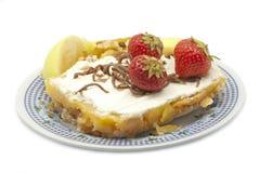Tårta med äpplen och jordgubbar Royaltyfria Bilder