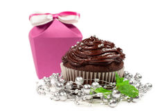Tårta med chokladpralin och bonbonniere Arkivfoto
