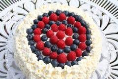 Tårta med hallonet, blåbäret och kräm Royaltyfria Bilder