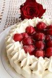 Tårta med jordgubbar och kräm Arkivfoton
