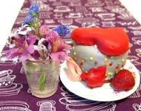 Tårta och blommor Arkivbilder