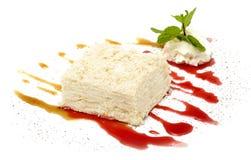 Tårta på vitbakgrund Arkivfoto