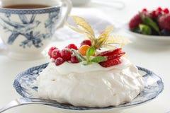 Tårta Pavlova. royaltyfria bilder