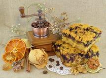 Tårtan lappar och kaffegrinderen Arkivbilder