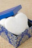 Tårtan med isläggning i form av hjärta i en gåva boxas, selektiv fo Arkivbilder