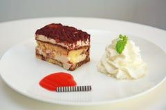 Tårtan på vit pläterar Royaltyfri Foto