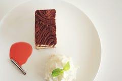Tårtan på vit pläterar Arkivfoto