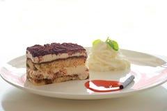 Tårtan på vit pläterar Royaltyfri Bild