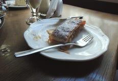 Tårtan på vit pläterar royaltyfria bilder