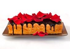 Tårtan släntrar med rosa petals Arkivbilder