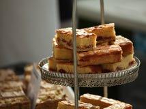 Tårtor på skärm på stallen Arkivfoton