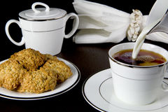 Tè al latte ed i biscotti Fotografia Stock