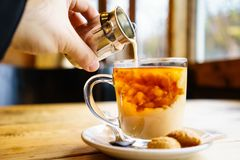 Tè al latte inglese nel Regno Unito fotografie stock