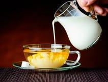 Tè al latte nero mescolantesi Immagini Stock