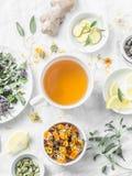 Tè antiossidante della disintossicazione di erbe e gli ingredienti per la cottura su un fondo leggero, vista superiore Ricetta om fotografie stock