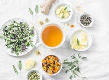 Tè antiossidante di disposizione della disintossicazione piana del fegato e gli ingredienti per su un fondo leggero, vista superi fotografie stock libere da diritti