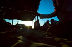 Tè arabo del havig degli uomini nel deesrt ad alba Fotografie Stock