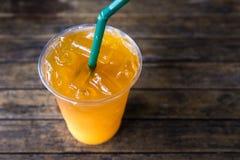 Tè arancio ghiacciato sulla tavola di legno rustica immagine stock