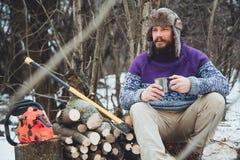 Tè bevente dell'uomo barbuto nella foresta Fotografia Stock Libera da Diritti