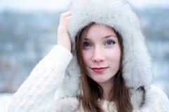 Tè bevente della giovane bella ragazza in un parco fresco di inverno Fotografie Stock