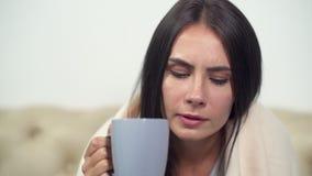 Tè bevente della giovane donna malata video d archivio