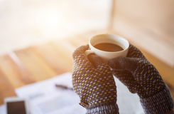 Tè bevente di mattina della donna degli impiegati di caffè Fotografie Stock