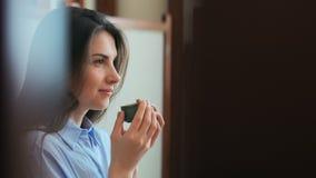 Tè bevente o caffè della bella ragazza Bellezza Woman di modello con la tazza della bevanda calda archivi video