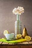 Tè bianco della bottiglia della gerbera di natura morta Fotografia Stock
