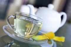 Tè bianco in tazza trasparente Immagini Stock