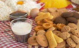 Tè, biscotti, latte, uovo Immagini Stock